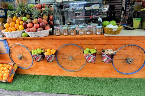 Markets: Fruit & Veg - Safed (Hebrew: צפת, Zfat), Israel: Making fresh juice