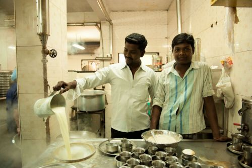 Markets-Vendors - Sri Lanka: Pouring hot milk