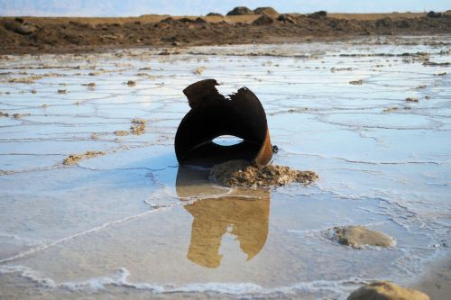 Living-Natue: The Mineral Kingdom - Israel, Dead Sea:  A 'kicked bucket' in the Dead Sea